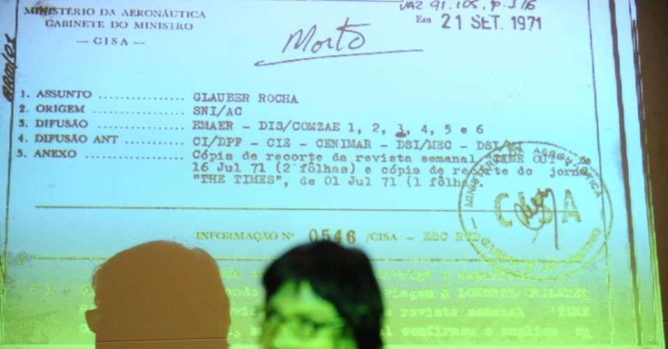 16.ago.2014 - Comissão Estadual da Verdade do Rio de Janeiro divulgou neste sábado (16) documento que evidencia a vigilância de agentes da ditadura ao cineasta Glauber Rocha. A foto mostra Paloma Rocha, filha do cineasta