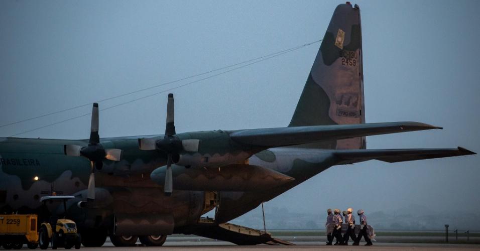 16.ago.2014 - Corpos chegam à base aérea em Guarulhos (SP) no final da tarde deste sábado (16). Três aviões da FAB (Força Aérea Brasileira) vão transportar os corpos para Recife (PE), Aracaju (SE), Maringá (PR) e Governador Valadares (MG)