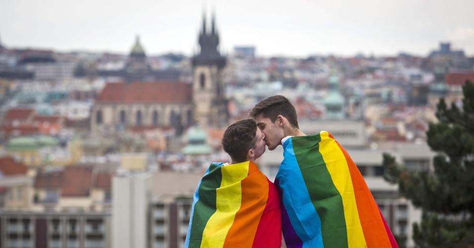 16.ago.2014 - Homens se beijam durante a Parada Gay de Praga, neste sábado (16), na República Tcheca