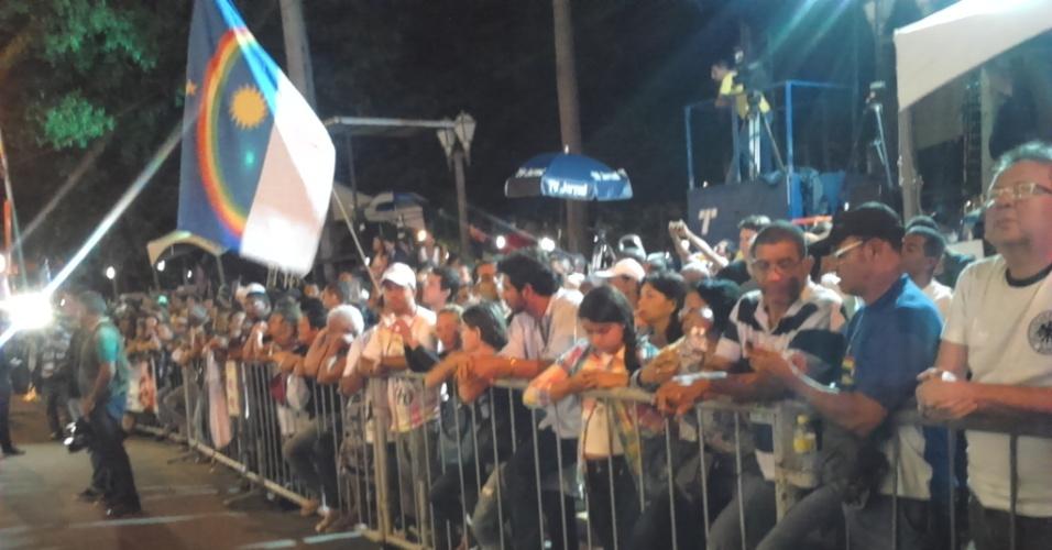 16.ago.2014 - Mais de mil pessoas aguardam a chegada dos restos mortais do ex-governador de Pernambuco, Eduardo Campos, na noite deste sábado, em frente ao Palácio do Campo das Princesas, no Recife