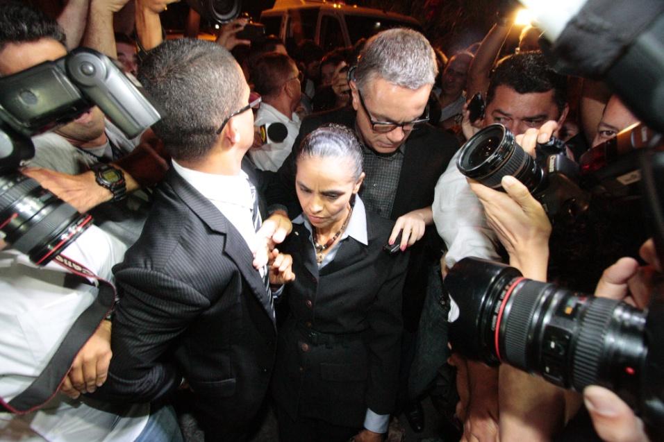 16.ago.2014 - Marina Silva chegou à casa da família Campos, na zona norte do Recife, na noite deste sábado. Dirigentes do PSB afirmam que Marina deve assumir a candidatura após o acidente que matou Eduardo Campos