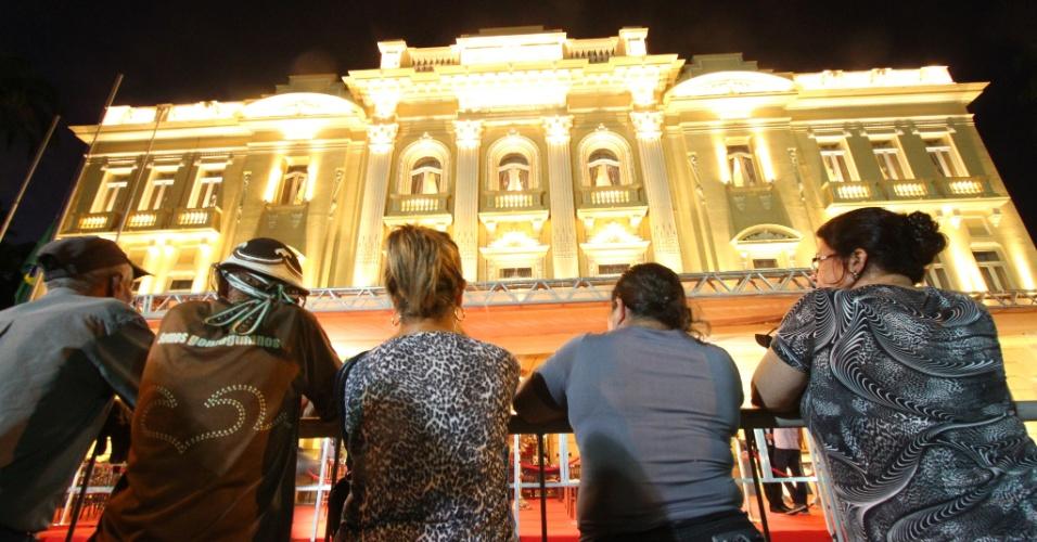 16.ago.2014 - Palácio do Campo das Princesas, sede do governo de Pernambuco, é iluminado neste sábado durante os preparativos para a chegada dos restos mortais do ex-governador do Estado, Eduardo Campos, que morreu na última quarta-feira (13) em acidente aéreo em Santos (SP)
