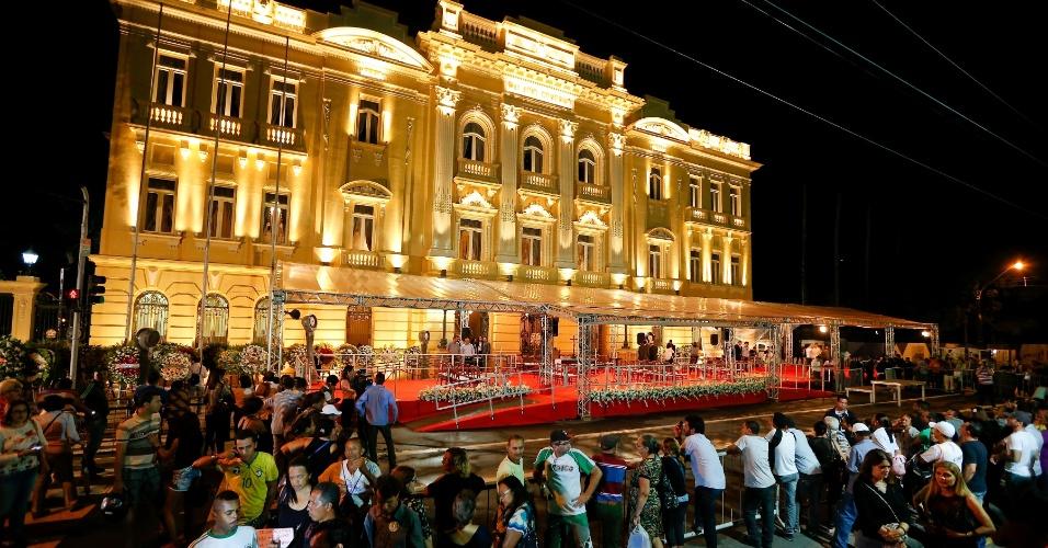 16.ago.2014 - Pernambucanos vindos de várias partes do Estado se aglomeram em frente ao Palácio do Campo das Princesas, no centro do Recife (PE), na noite deste sábado (16), onde o corpo do ex-governador Eduardo Campos será velado