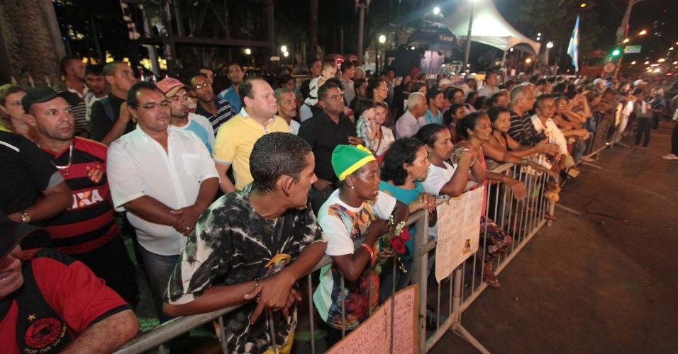 16.ago.2014 - Pernambucanos vindos de várias partes do Estado se aglomeram em frente ao Palácio do Campo das Princesas, no centro do Recife (PE), onde o corpo do ex-governador Eduardo Campos será velado