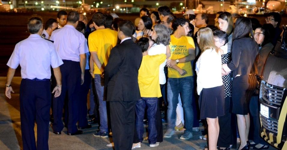 16.ago.2014 - Renata Campos, viúva do ex-governador de Pernambuco, Eduardo Campos, acompanha a chegada dos restos mortais de Campos na base aérea do Recife, acompanhada pelos filhos