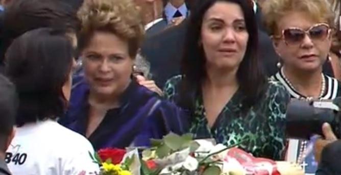 17.ago.2014 - A presidente Dilma Rousseff cumprimenta familiares de Eduardo Campos no velório do ex-governador em Recife (PE) neste domingo (17). Eduardo Campos morreu na última quarta-feira, em um acidente de avião que matou ainda outras seis pessoas