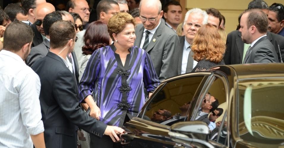 17.ago.2014 - A presidente Dilma Rousseff deixou o velório de Eduardo Campos abatida neste domingo (17), no Recife (PE). Campos morreu em um acidente de avião na última quarta-feira; seu corpo está sendo velado no Palácio do Campo das Princesas, sede do governo estadual, desde a madrugada deste domingo