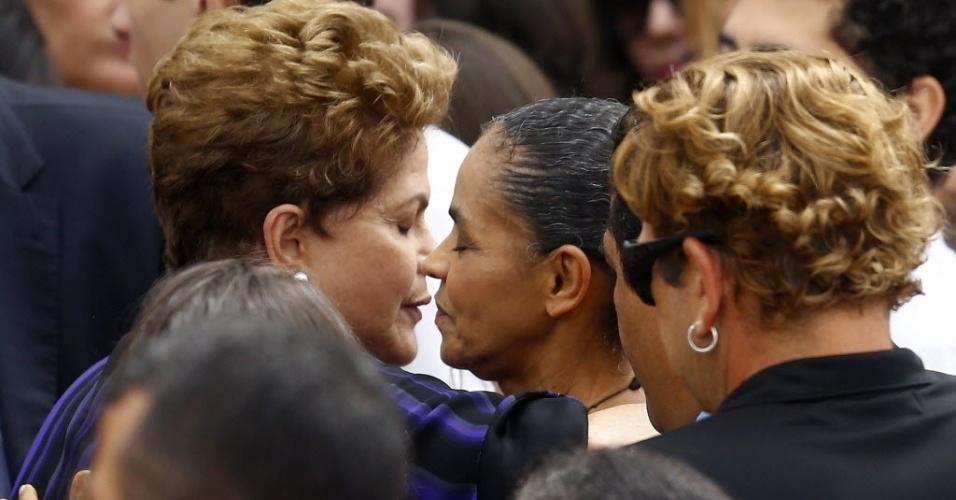 17.ago.2014 - A presidente Dilma Rousseff também cumprimentou Marina Silva, ex-ministra do Meio Ambiente, durante o velório de Eduardo Campos neste domingo (17). Marina era candidata a vice de Campos, e seu nome está sendo cogitado para assumir a candidatura após a morte dele em um acidente de avião na última quarta-feira