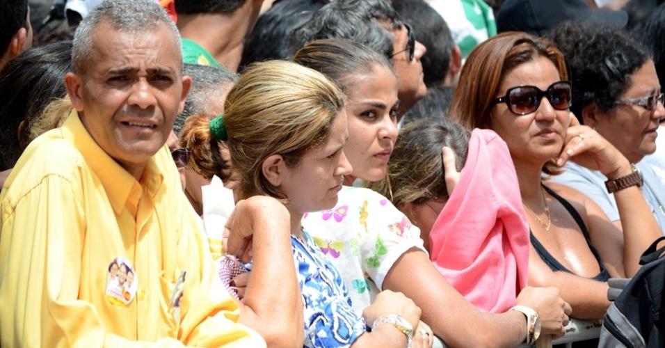 17.ago.2014 - Admiradores de Eduardo Campos acompanham a missa durante o velório do ex-governador Eduardo Campos, neste domingo (17) no Palácio do Campo das Princesas, sede do governo estadual de Pernambuco, em Recife