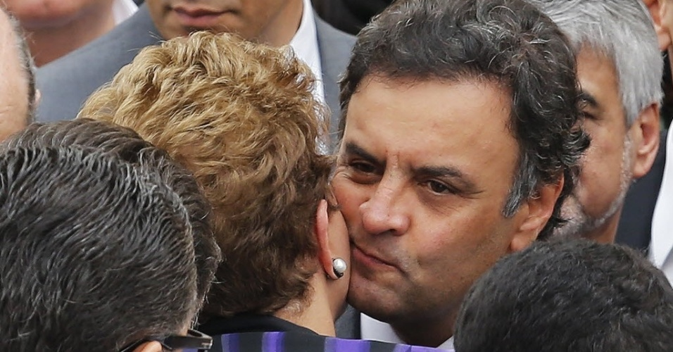 17.ago.2014 - Aécio Neves (PSDB) e Dilma Rousseff (PT), ambos candidatos à presidência do Brasil, se cumprimentam durante o velório de Eduardo Campos, que também era candidato, mas morreu na última quarta-feira, em um acidente de avião em Santos (SP). O corpo está sendo velado na sede do governo estadual de Pernambuco, em Recife, neste domingo (17)