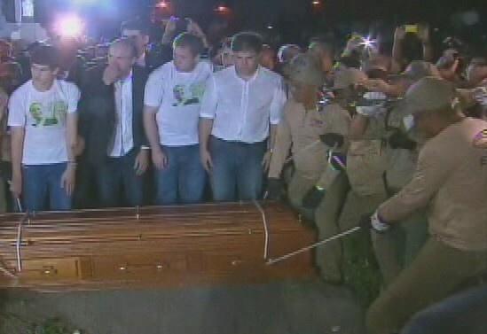 17.ago.2014 - Caixão com os restos mortais do ex-governador de Pernambuco, Eduardo Campos, é enterrado no cemitério de Santo Amaro, no Recife, no início da noite deste domingo (17)