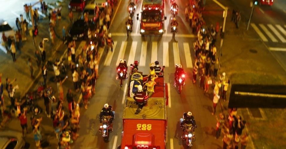 17.ago.2014 - Caixão com os restos mortais do candidato à Presidência Eduardo Campos é levado em caminhão de bombeiros, ao lado de seus filhos, João e Pedro (de amarelo), durante cortejo em Recife