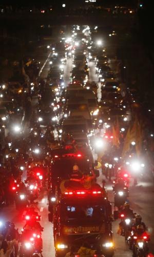 17.ago.2014 - Cortejo com restos mortais do candidato à Presidência Eduardo Campos e de dois assessores percorre ruas de Recife
