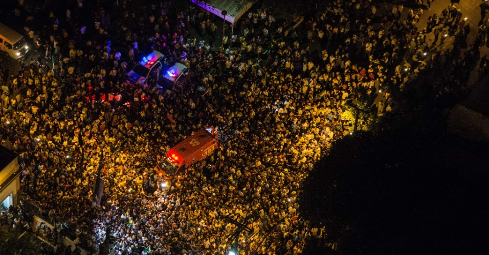 17.ago.2014 - Durante o sepultamento do ex-governador de Pernambuco, Eduardo Campos, muitas pessoas ficaram do lado de fora do Cemitério de Santo Amaro, no Recife (PE), que ficou lotado durante a cerimônia neste domingo