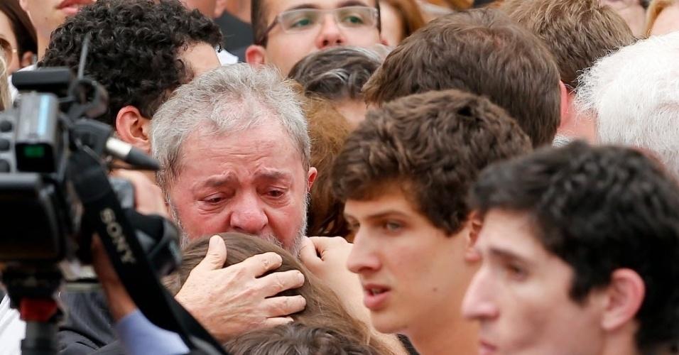 17.ago.2014 - Ex-presidente Luiz Inácio Lula da Silva chora durante velório de Eduardo Campos neste domingo (17),no Palácio do Campo das Princesas, sede do governo estadual, no Recife (PE), onde o corpo de Campos, que morreu em um acidente de avião na última quarta-feira, estava sendo velado desde a madrugada deste domingo