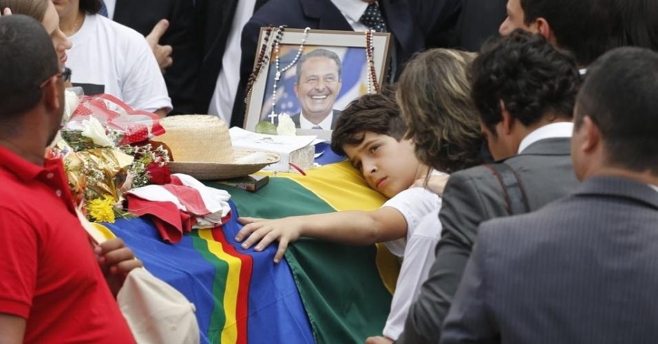 17.ago.2014 - Filho de Eduardo Campos abraça o caixão durante o velório do pai neste domingo (17), no Palácio do Campo das Princesas, sede do governo estadual de Pernambuco, em Recife