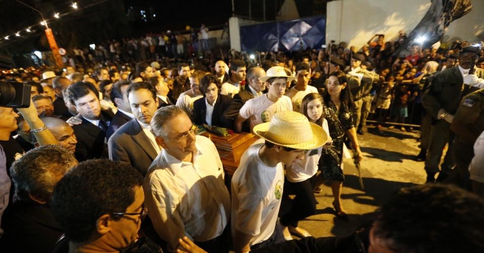 17.ago.2014 - Filhos e parentes carregam os restos mortais do ex-governador Eduardo Campos chega ao cemitério de Santo Amaro, no Recife. Milhares de pessoas acompanham o sepultamento