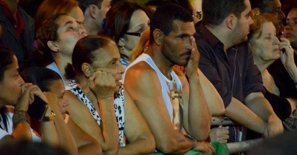 17.ago.2014 - Mais de mil pessoas aguardam a chegada dos restos mortais do ex-governador de Pernambuco, Eduardo Campos, em frente ao Palácio do Campo das Princesas, no Recife