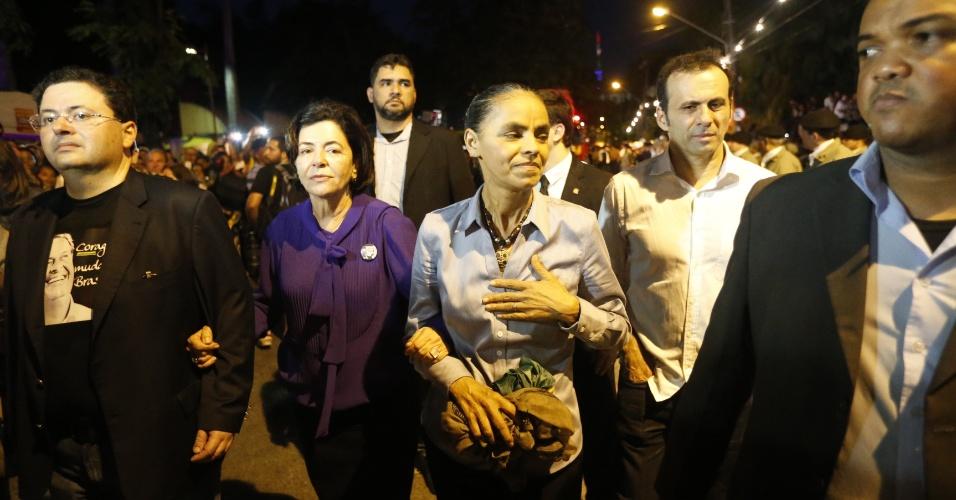17.ago.2014 - Marina Silva e mãe de Eduardo Campos, Ana Arraes, chegam ao cemitério de Santo Amaro, no Recife, onde serão enterrados os restos mortais do ex-governador de Pernambuco