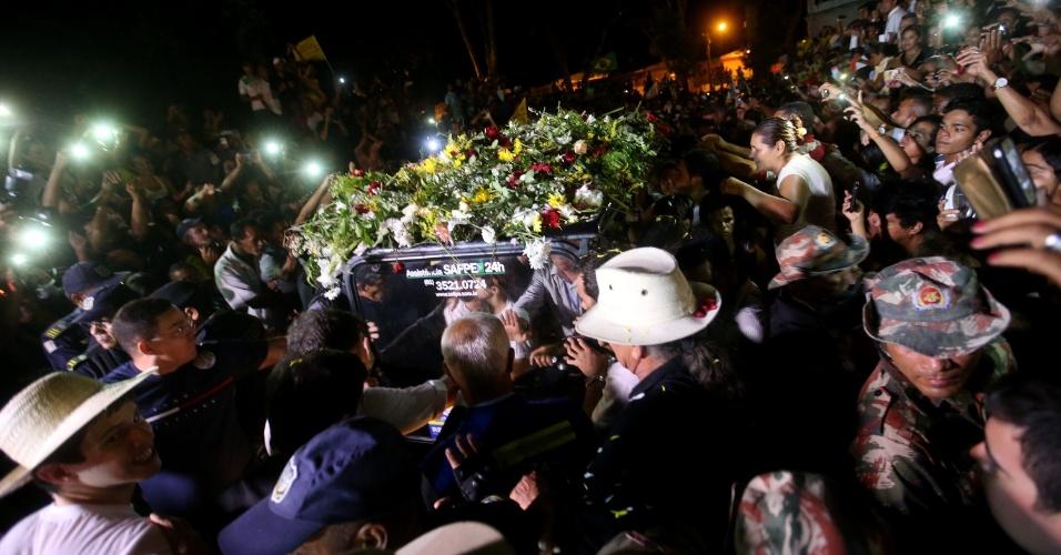 17.ago.2014 - Milhares de pessoas assistem ao sepultamento do candidato à Presidência da República, Eduardo Campos, morto em acidente aéreo na última quarta-feira (17) em Santos (SP). O enterro aconteceu no Cemitério de Santo Amaro, no Recife (PE)