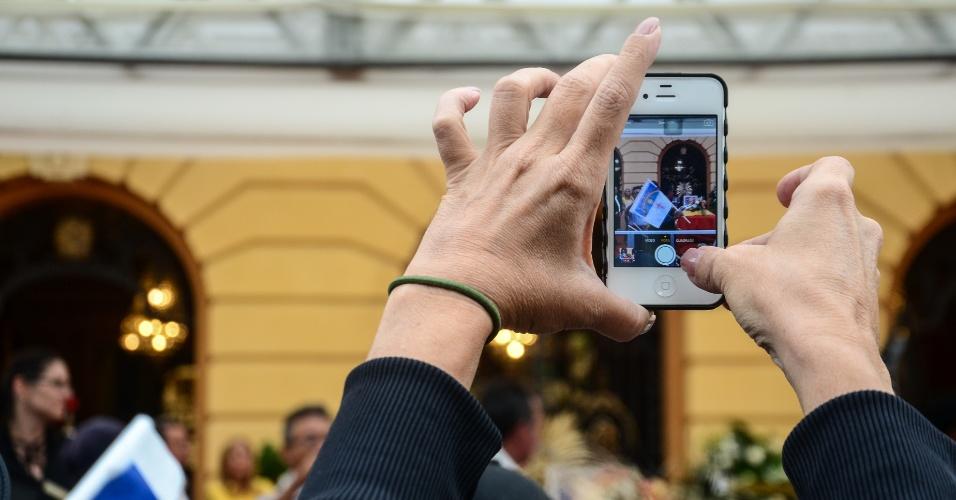 17.ago.2014 - Momento em que uma pessoa registra o velório do ex-governador Eduardo Campos no Palácio do Campo das Princesas, sede do governo estadual, em Recife (PE), neste domingo (17). Campos morreu em um acidente aéreo que vitimou mais 6 pessoas na última quarta-feira, em Santos (SP)