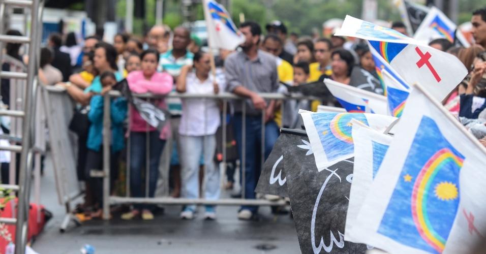 17.ago.2014 - Milhares de pessoas prestam a última homenagem ao ex-governador Eduardo Campos no velório realizado no Palácio do Campo das Princesas, sede do governo estadual, em Recife (PE), desde as primeiras horas deste domingo (17). Campos morreu em um acidente aéreo que vitimou mais 6 pessoas na última quarta-feira, em Santos (SP)