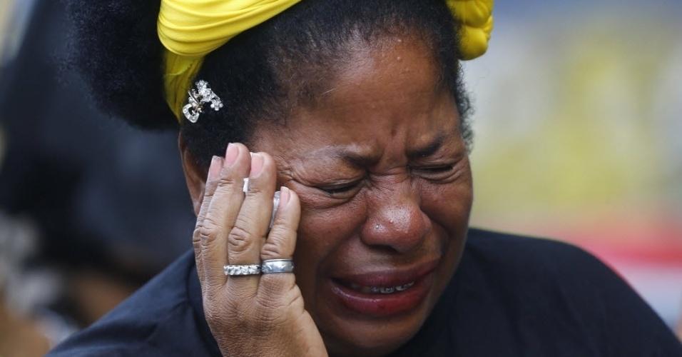 17.ago.2014 - Mulher se emociona ao esperar na fila para visitar o caixão do ex-governador de Pernambuco, Eduardo Campos, morto em um acidente de avião na última quarta-feira. O corpo está sendo velado no Palácio do Campo das Princesas, sede do governo estadual em Recife (PE) neste domingo (17)