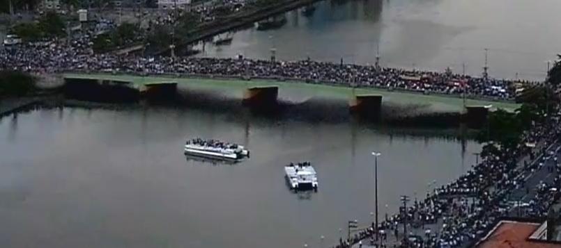 17.ago.2014 - Multidão acompanha o caminhão dos Bombeiros que leva o corpo de Eduardo Campos até o cemitério Santo Amaro, em Recife (PE), neste domingo (17). Campos morreu na última quarta-feira, em um acidente de avião que matou ainda outras seis pessoas