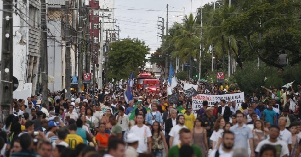 17.ago.2014 - Multidão acompanha o carro dos Bombeiros que leva o corpo de Eduardo Campos até o cemitério Santo Amaro, em Recife (PE), neste domingo (17). Campos morreu na última quarta-feira, em um acidente de avião que matou ainda outras seis pessoas