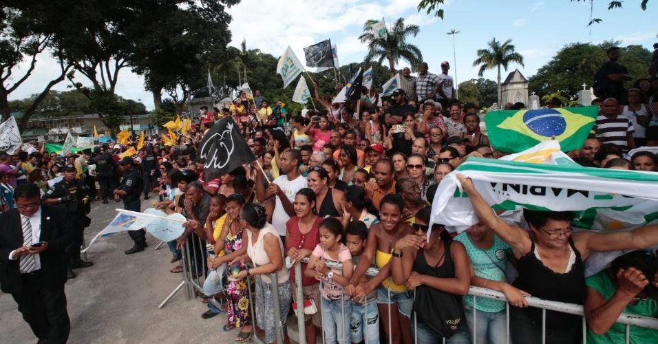 17.ago.2014 - Multidão aguarda a chegada dos restos mortais do ex-governador de Pernambuco, Eduardo Campos, no Cemitério de Santo Amaro, no Recife, onde ele será enterrado