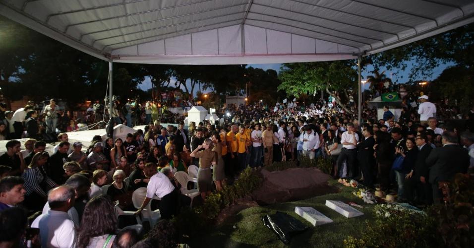 17.ago.2014 - Multidão lota Cemitério de Santo Amaro, quanto aguarda a chegada dos restos mortais do ex-governador de Pernambuco, Eduardo Campos, neste domingo (17), no Recife