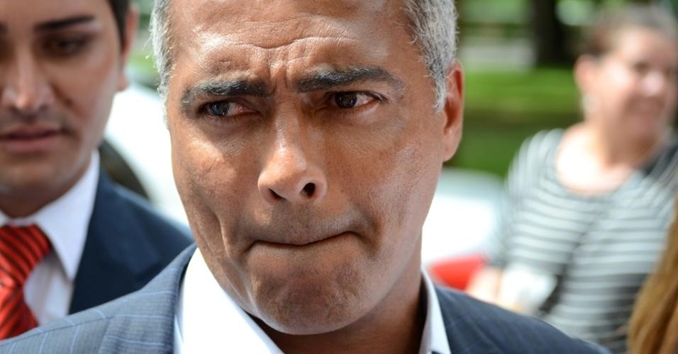 17.ago.2014 - O deputado e ex-jogador de futebol Romário esteve presente no velório de Eduardo Campos, morto na última quarta-feira em um acidente de avião. Após a cerimônia, neste domingo (17), Romário afirmou que Campos era um