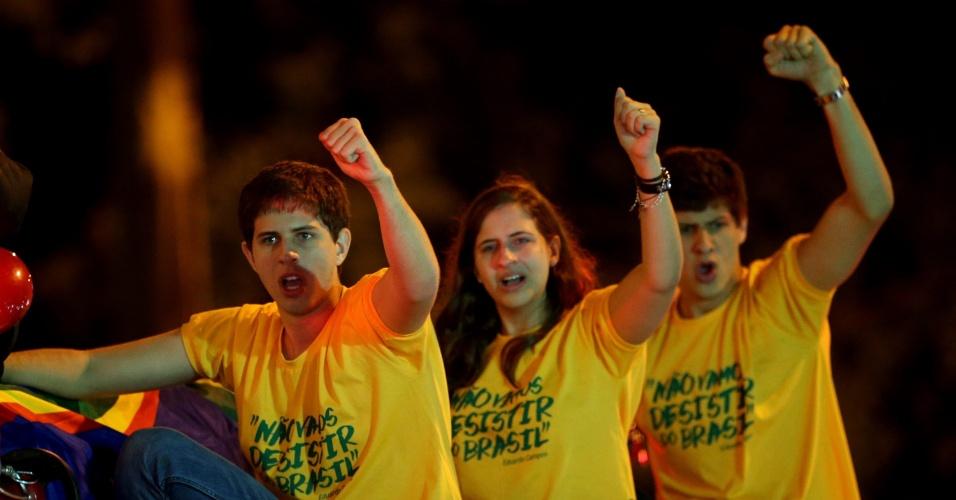 17.ago.2014 - Os filhos mais velhos de Eduardo Campos, João, Pedro e Maria Eduarda, chegam ao Palácio do Campo das Princesas, sede do governo de Pernambuco, com o caixão que leva o corpo do pai