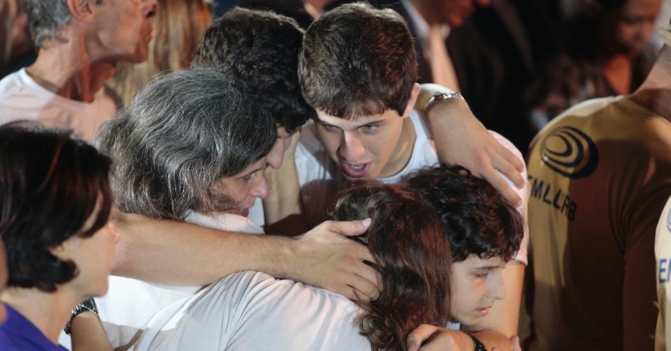 17.ago.2014 - Renata Campos e os filhos se abraçam após caixão com o corpo do ex-governador de Pernambuco Eduardo Campos ser enterrado no cemitério de Santo Amaro, no Recife (PE), neste domingo (17)