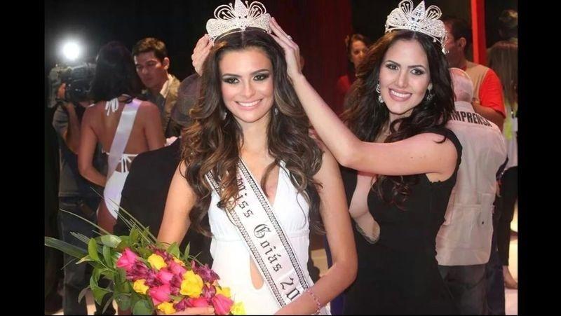 13.ago.2014 - Sileimã Pinheiro (dir.), passa a coroa a Beatrice Fontoura (esq), representante de Goiânia que foi eleita a Miss Goiás 2014