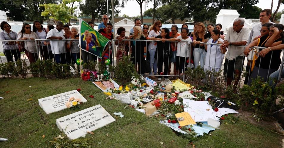 18.ago.2014 - 18.ago.2014 - Admiradores visitam túmulo do ex-governador Eduardo Campos no cemitério de Santo Amaro, no centro do Recife (PE). Mesmo com o túmulo ainda cercado por uma grade, as pessoas, chegavam aos poucos, deixando flores e cartas