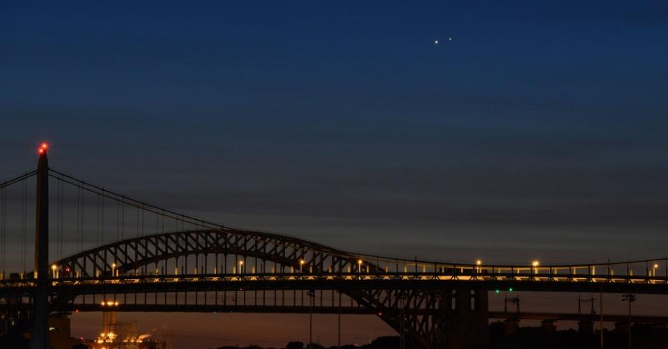 18.ago.2014 - A conjunção de Vênus e Júpiter é vista sobre as pontes Hell Gate e Robert F. Kennedy na manhã desta segunda-feira (18) em Nova York