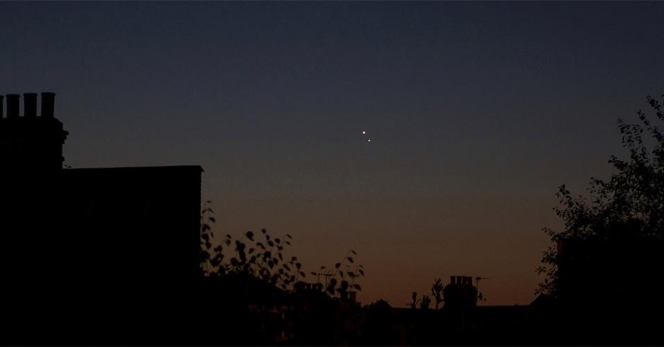 18.ago.2014 - A conjunção entre os planetas Vênus (no alto) e Júpiter (abaixo) é vista pouco antes do amanhecer na cidade de Londres, no Reino Unido