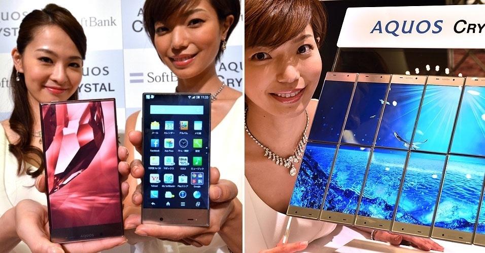18.ago.2014 - A Sharp apresentou no Japão os smartphones Aquos Crystal X (esq) e Aquos Crystal, respectivamente com 5,5 e 5 polegadas. O destaque dos aparelhos vai para a borda extremamente fina nas laterais, passando a impressão de somente a tela ocupa toda a superfície (como mostra o ''painel'' de aparelhos à direita). As novidades serão comercializadas no Japão pela operadora Softbank Mobile (29 de agosto o Aquos Crystal; dezembro o Aquos Crystal X). O material oficial de divulgação não especifica preço nem outras características técnicas