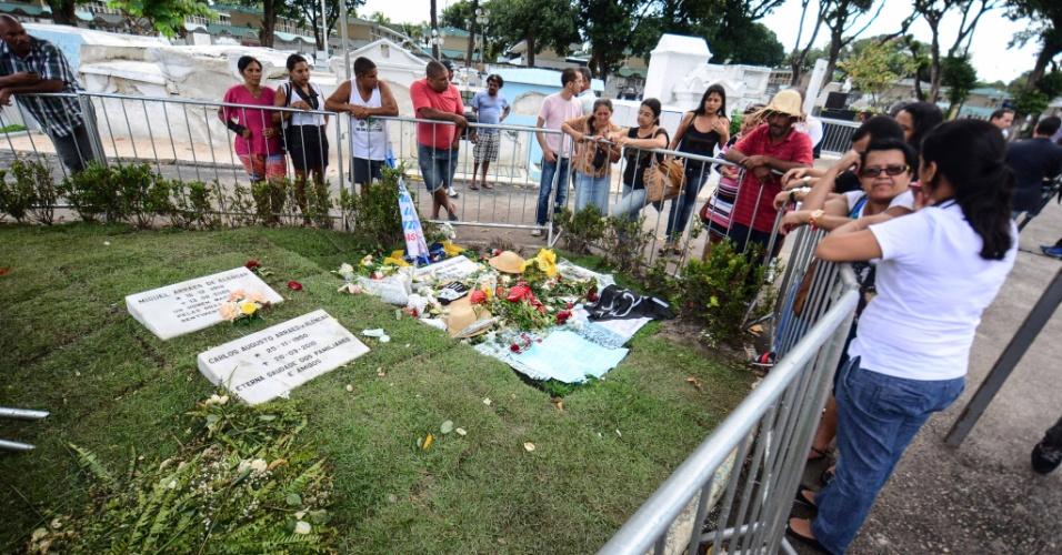 18.ago.2014 - Admiradores visitam o túmulo do ex-governador Eduardo Campos, no cemitério de Santo Amaro, no Recife (PE). Campos morreu na última quarta-feira (13) em um acidente aéreo em Santos (SP)