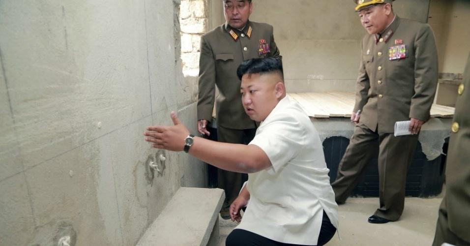 18.ago.2014 - Agência oficial de notícias da Coreia do Norte divulga foto do líder do país, Kim Jong-un, inspecionando local de construção de uma casa de repouso para cientistas, em Pyongyang