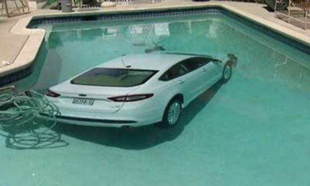 18.ago.2014 - Em Los Angeles, nos EUA, um carro foi parar na piscina após os chinelos do motorista enroscarem nos pedais