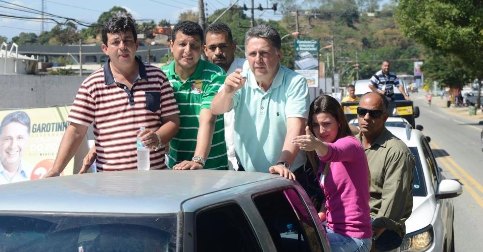 18.ago.2014 - O candidato ao governo do Rio de Janeiro Anthony Garotinho (PR-RJ) chega a Paracambi, a 80 quilômetros do Rio de Janeiro, na caçamba de uma caminhonete , nesta segunda-feira (18)