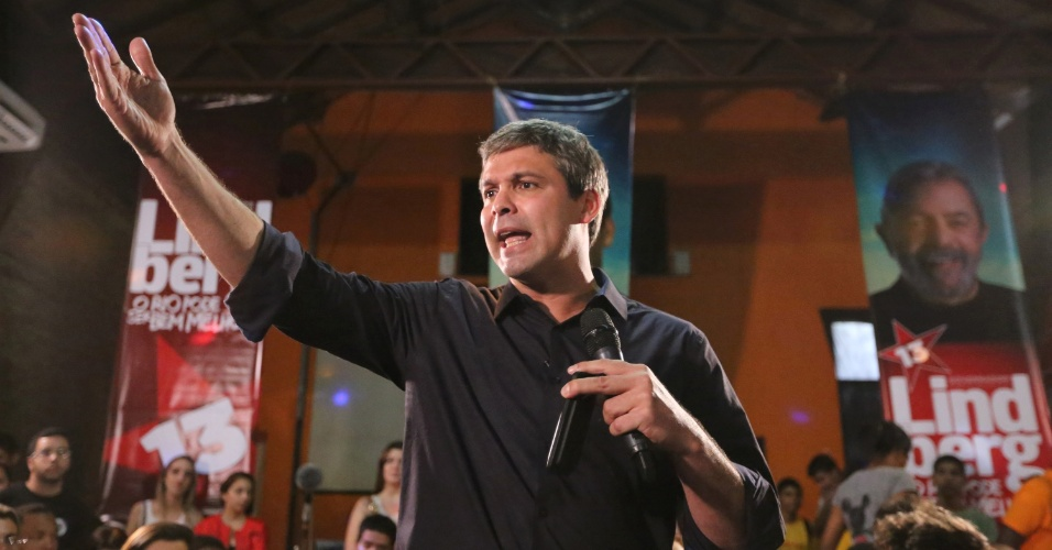 18.ago.2014 - O candidato ao governo do Rio de Janeiro pelo PT, senador Lindberg Farias, se encontra com jovens no Teatro Odisséia, no centro do Rio, nesta segunda-feira (18)