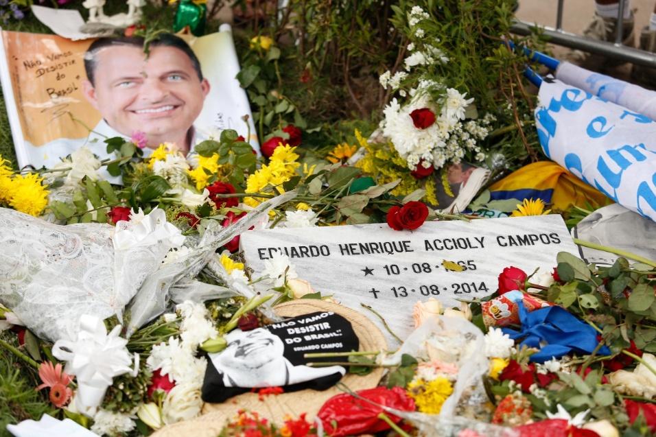 18.ago.2014 - Túmulo de Eduardo Campos fica coberto por flores e carta no cemitério de Santo Amaro, no centro do Recife (PE)