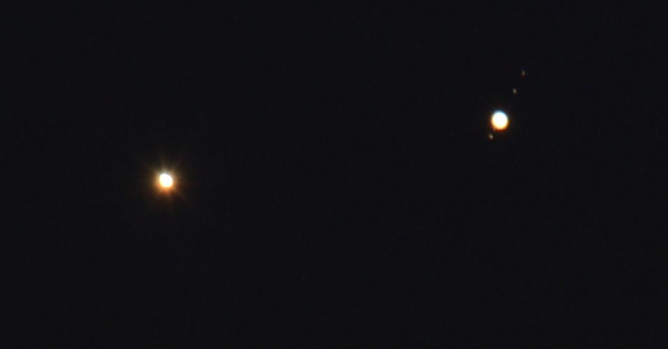 18.ago.2014 - Vênus (à esq.) e Júpiter (dir.) parecem muito próximos nesta rara conjunção dos planetas, que são vistos aqui sobre as pontes Hell Gate e Robert F. Kennedy na manhã desta segunda-feira (18) em Nova York