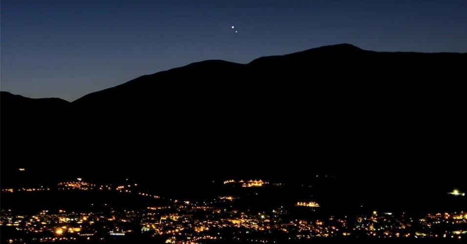 18.ago.2014 - Vênus e Júpiter são avistados sobre os montes Apeninos nesta segunda-feira (18). Ao fundo pode-se ver o Vale Peligna na Itália central e a cidade de Sulmona