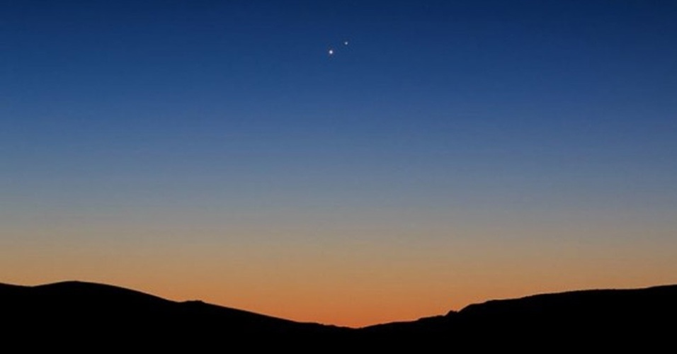 18.ago.2014 - Vênus e Júpiter surgem sobre o lago Topaz na Califórnia, próximo à fronteira com o estado de Nevada, nos Estados Unidos