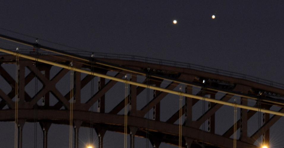 18.ago.2014 - Visíveis a olho nu, os dois pontos brilhantes no céu fizeram com que muitos relatassem a aparição de objetos voadores não identificados, os OVNIs