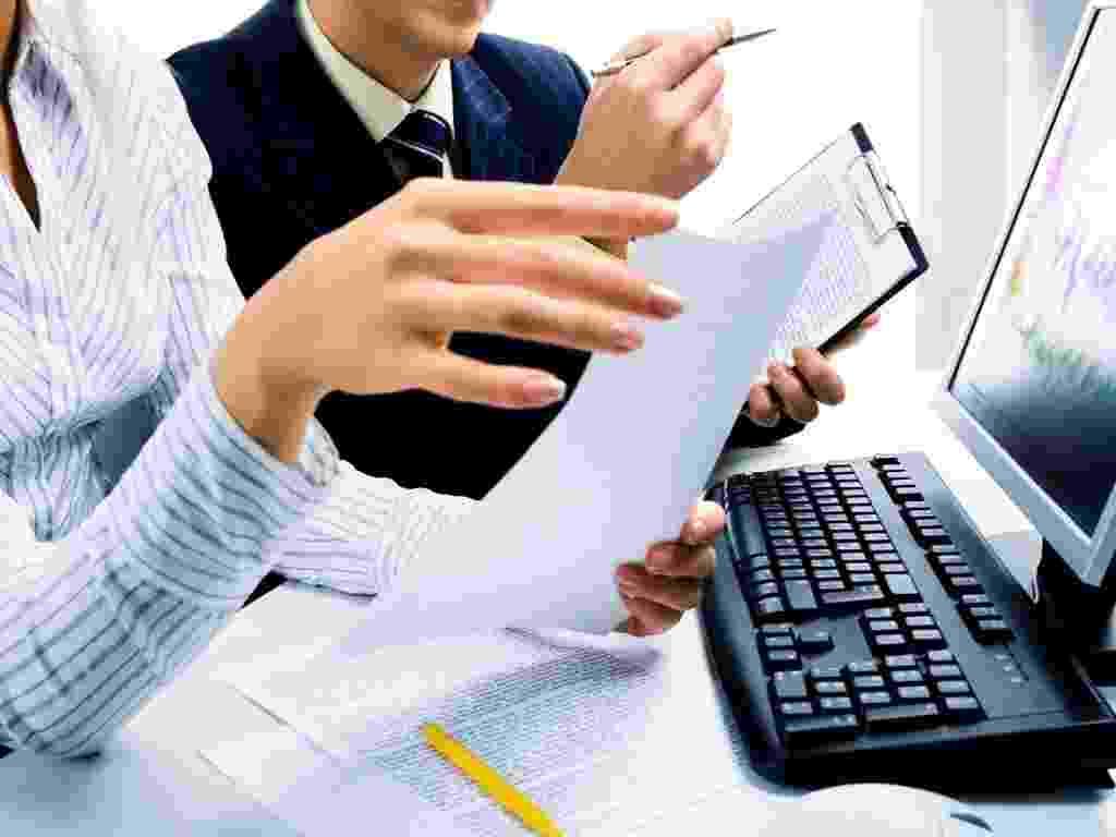 Mídia indoor, negócio, tecnologia, computador, mesa, trabalho, mulher, homem, mão, colega, comunicação, desktop, emprego, teclado, reunião, monitor, escritório, papel, pessoa, planejamento, sucesso, meta, empresa, empreendedorismo - Shutterstock